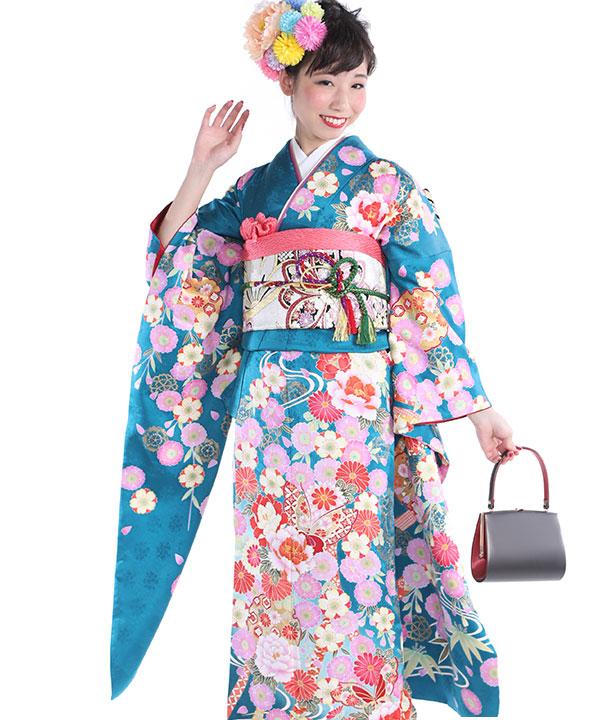 白地に大柄の市松雪輪の背景に桜と紅葉など四季の植物をあしらったデザインのお着物を黒い古典柄の帯でコーディネート。小物もおめでたい朱色や赤を基調とした色でまとめ、クラシカルかつモダンな雰囲気に仕上げました。